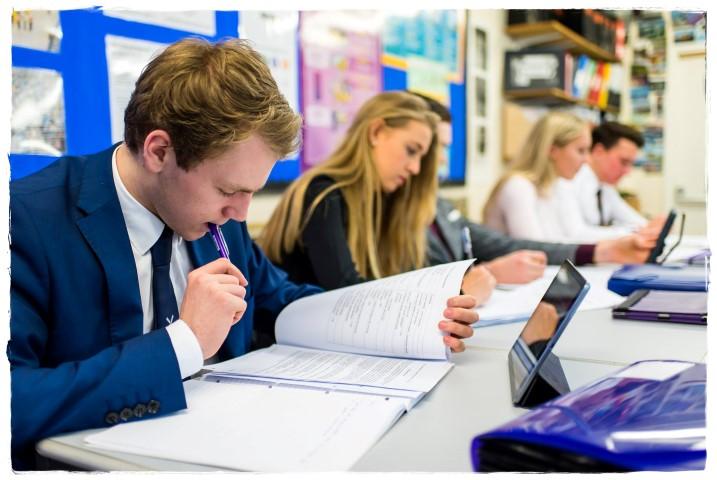 เรียนมัธยมที่ Millfield School ประเทศอังกฤษ